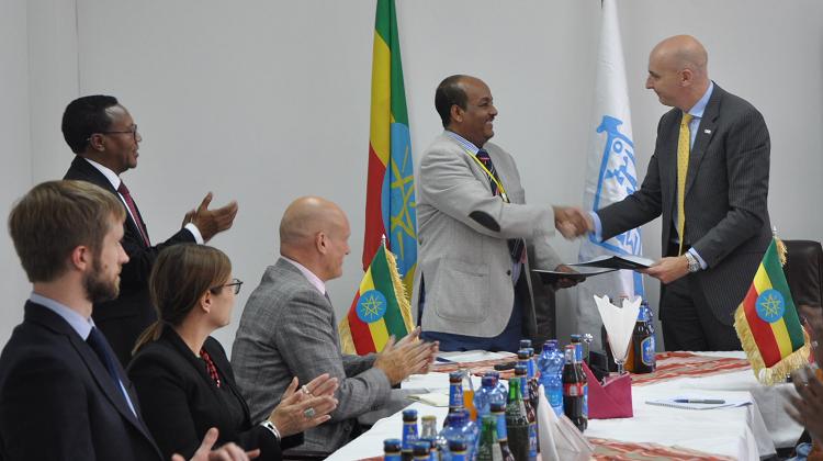 Fergus Drake shakes hands with Mengistu Yitbarek